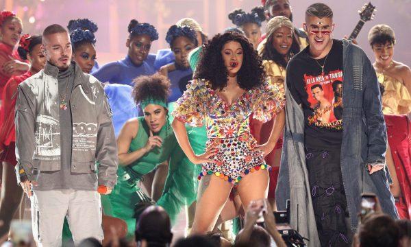 """AMA 2018: Cardi B agita premiação com a dançante """"I Like It"""" ao lado de Bad Bunny e J Balvin"""