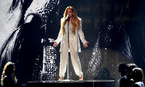 """AMA 2018: Jennifer Lopez faz primeira performance emocionante de seu novo single """"Limitless""""; veja!"""