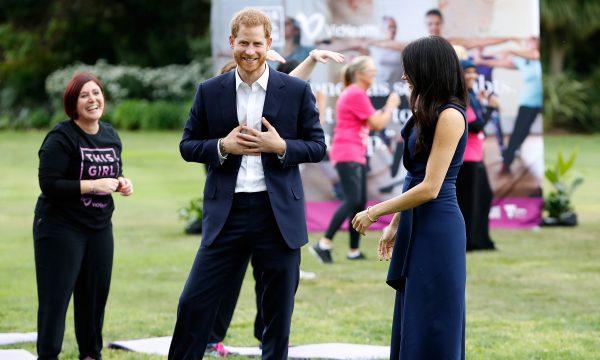 """Vídeo: Grupo surpreende Príncipe Harry com serenata de """"Stand By Me"""" e ele tem a melhor reação!"""
