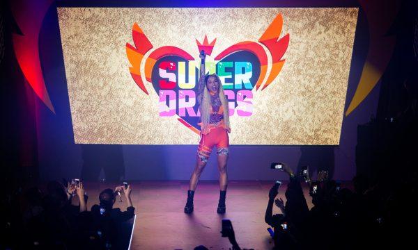 """Pabllo Vittar arrasa em primeira perfomance de """"Highlight"""", o tema de abertura de """"Super Drags"""""""