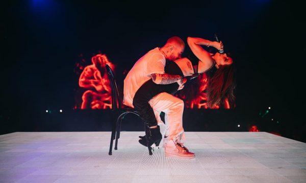 Caliente! Anitta sensualiza e rebola no colo de J Balvin em performances de hits da dupla! Veja vídeos