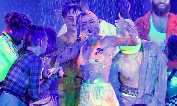 AMA 2018: Dua Lipa se joga na chuva e na dança em performance de 'One Kiss' e 'Eletricity'; vem ver!