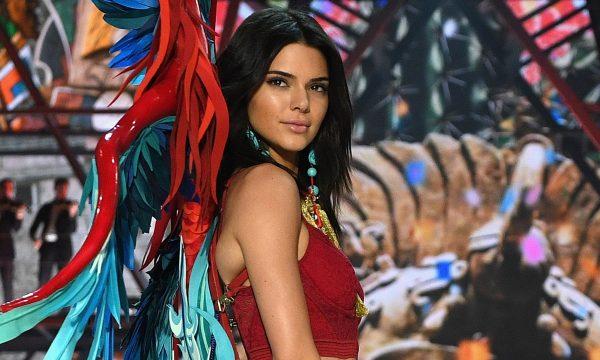 Irmãs Kardashian-Jenner se fantasiam de modelos da Victoria's Secret para festa de Halloween; confira!