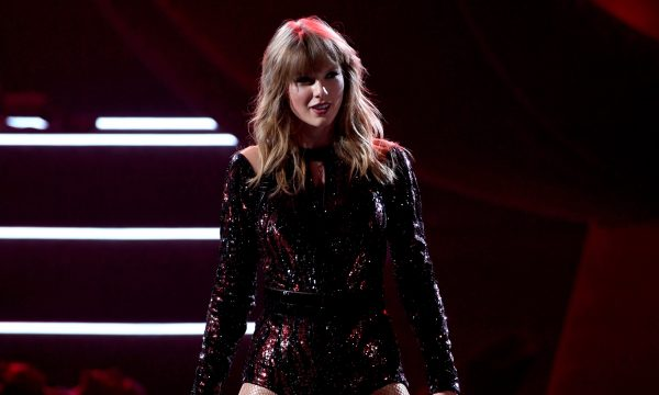 "AMA 2018: Taylor Swift abre premiação com performance poderosa de ""I Did Something Bad"""