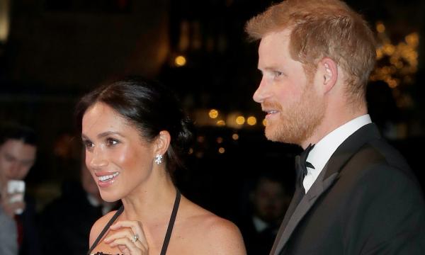 Grávida, Meghan Markle participa de evento de gala com príncipe Harry e mostra barriguinha; veja fotos