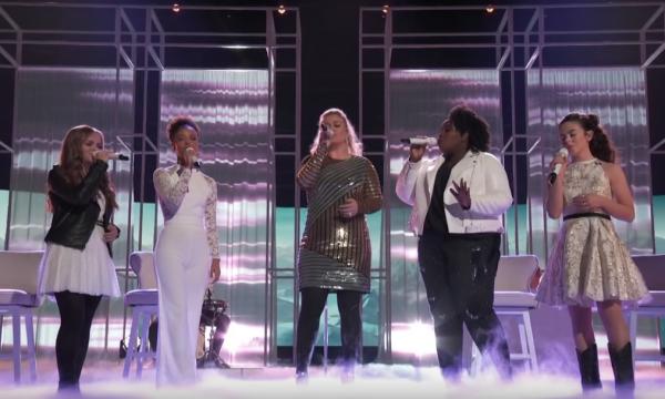 "PERFEITO! Kelly Clarkson faz performance LINDA de 'I Will Always Love You', de Whitney Houston com seu time do ""The Voice""!"