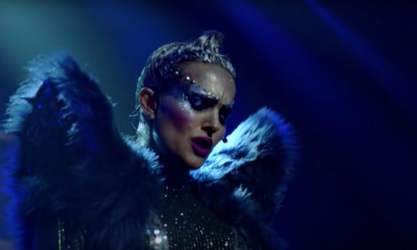 """Natalie Portman arrasa cantando música original de Sia em novo trailer do filme """"Vox Lux""""; vem assistir"""