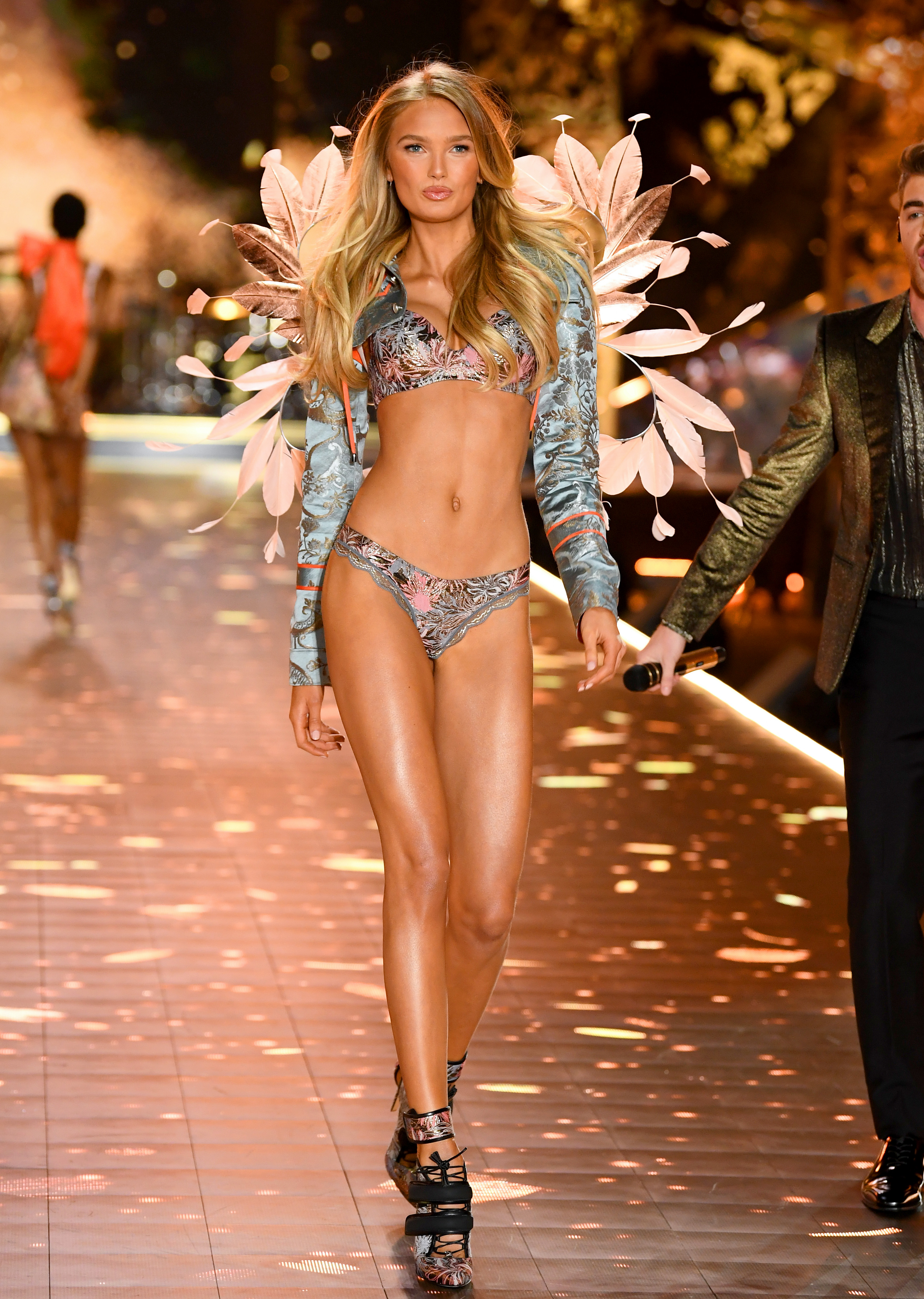 2018-victorias-secret-fashion-show-in-new-york-runway-39