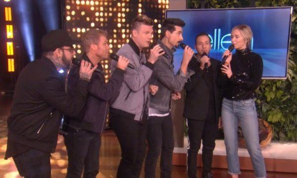 "Emily Blunt é surpreendida pelos Backstreet Boys e eles cantam o hit ""I Want It That Way""; veja vídeo"