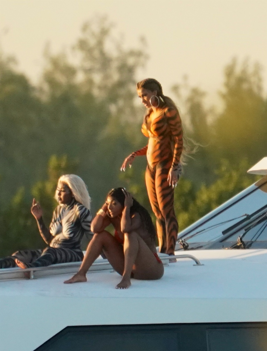 body-painted-cardi-b-goes-wild-on-yacht-as-she-films-video-while-splashing-champagne-4